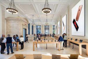 طراحی داخلی فروشگاه اپل ؛ تبدیل ساختمان کلاسیک بانک به فضای تجاری