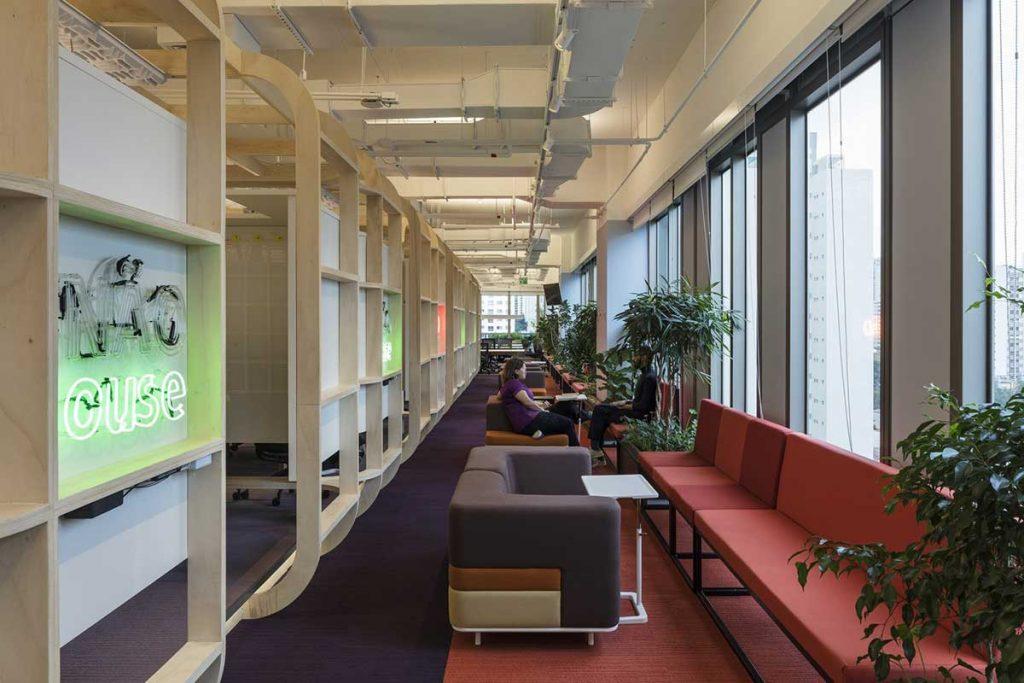 جوان، نوآور و جسور ؛ طراحی داخلی دفتر بیمه