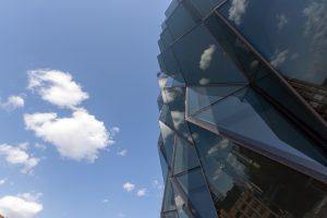 کنده کاری نمای ساختمان؛ ایده ای برای تعامل با نور خورشید