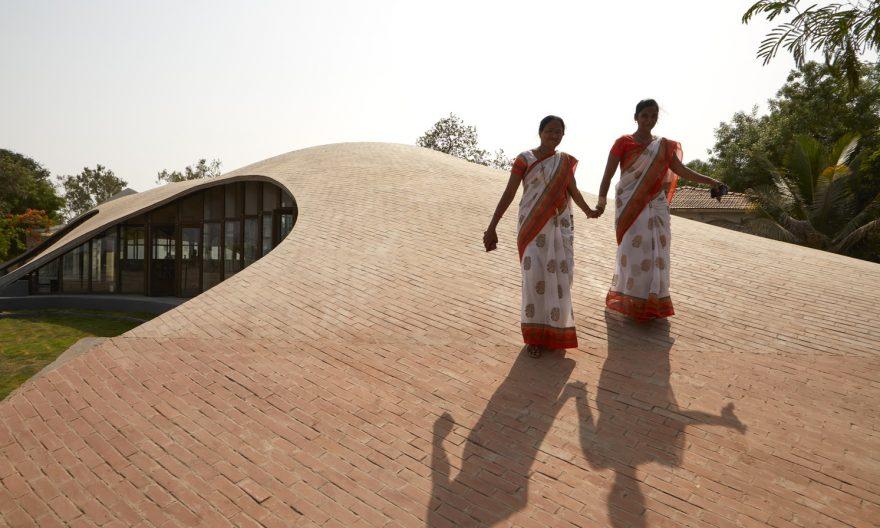 طراحی کتابخانه آجری Maya Somaiya در هند