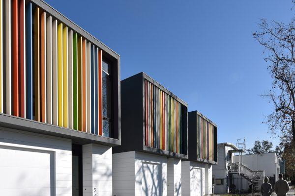 طراحی پروژه مسکونی کوچک متراژ با نمای متفاوت و چند رنگ در شمال ایالت کالیفرنیا