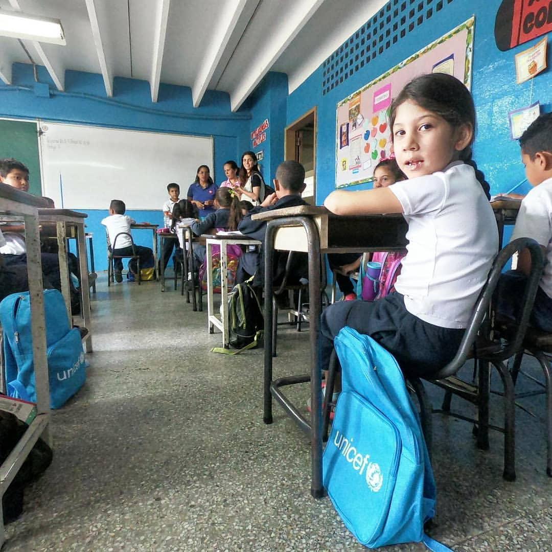اینستالیشنی از ٣٧٥٨ کوله پشتی مدرسه کودکان در مقر سازمان ملل متحد