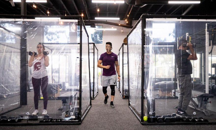 ایده یک سالن ورزشی برای رعایت فاصله گذاری اجتماعی : ساخت اتاقک های پلاستیکی
