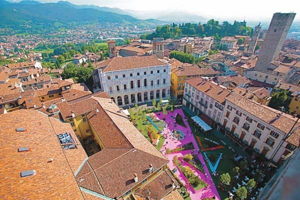 تبدیل موقت میدان تاریخی وکیا در ایتالیا به فضای شهری معاصر